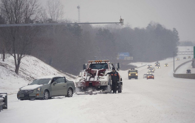 A wrecker service driver assists motorists stuck in the snow on I-85 South in Mecklenburg County, N.C. (Robert Lahser/Charlotte Observer/MCT)