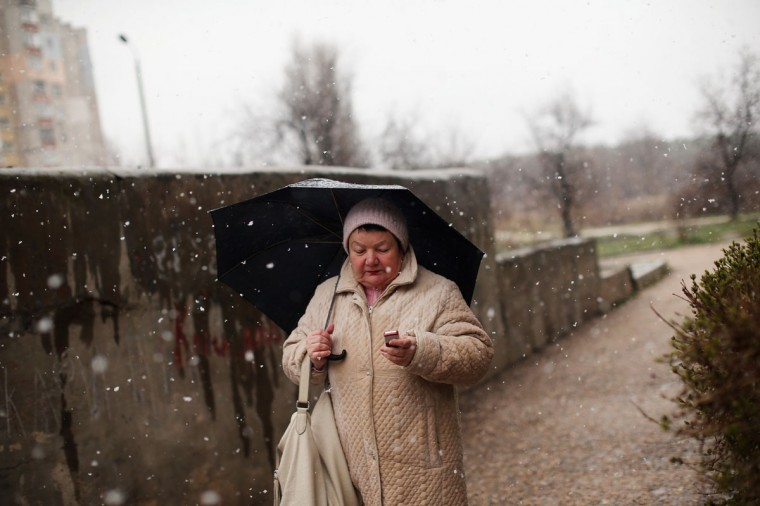 A woman arrives at a polling station in the snow on March 16, 2014 in Simferopol, Ukraine. (Dan Kitwood/Getty Images)