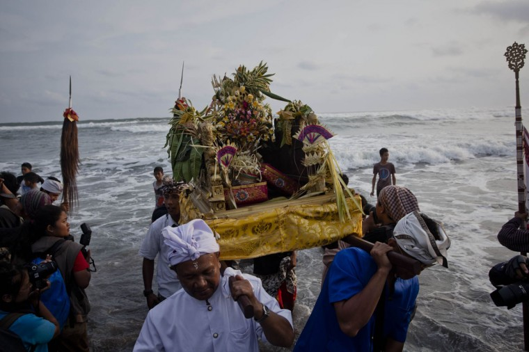 Hindus devotees carry 'Pratima' statue as they pray during the Melasti ritual ceremony at Parangkusumo beach on March 28, 2014 in Yogyakarta, Indonesia.(Photo by Ulet Ifansasti/Getty Images)