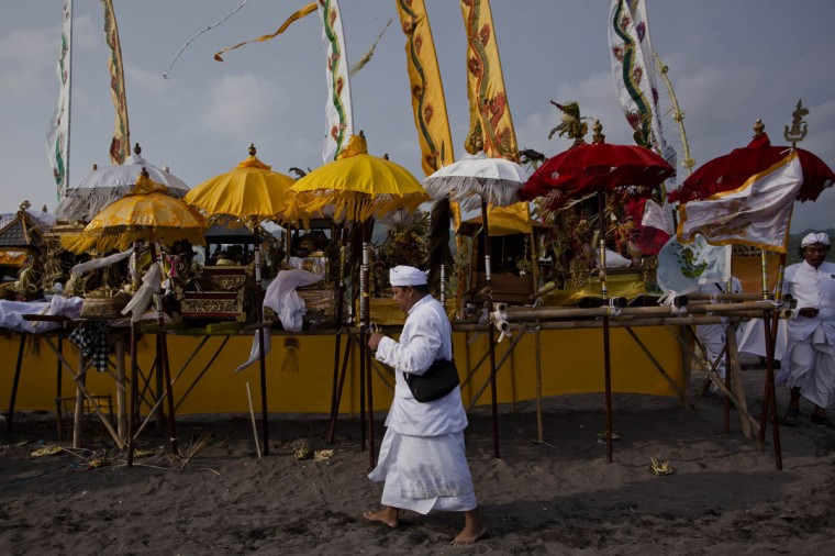 A Hindu devotees pray during the Melasti ritual ceremony at Parangkusumo beach on March 29, 2014 in Yogyakarta, Indonesia. (Photo by Ulet Ifansasti/Getty Images)