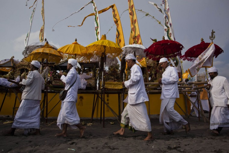 Hindus devotees pray during the Melasti ritual ceremony at Parangkusumo beach on March 28, 2014 in Yogyakarta, Indonesia.(Photo by Ulet Ifansasti/Getty Images)