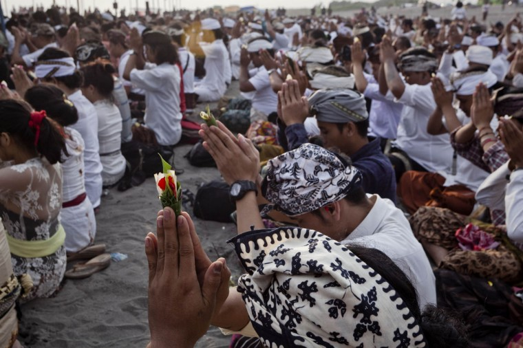 Hindus devotees pray during the Melasti ritual ceremony at Parangkusumo beach on March 28, 2014 in Yogyakarta, Indonesia. (Photo by Ulet Ifansasti/Getty Images)