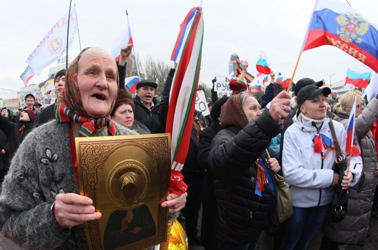An elderly woman holds a religious icon as she and other pro-Russian activists take part in a rally in the eastern Ukrainian city of Donetsk on March 16, 2014. (Alexander Khudoteply/AFP/Getty Images)