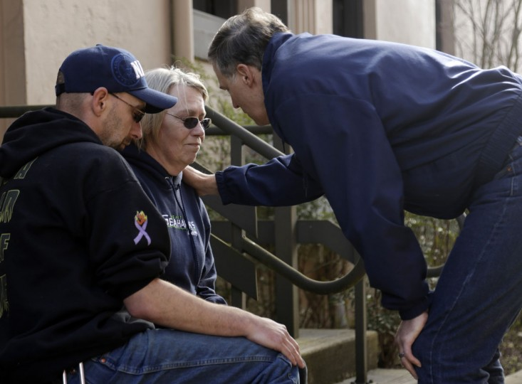 Washington Governor Jay Inslee (right) talks with Barbara Welsh, whose uncle is missing, in Arlington, Washington as rescuers search for people still missing from a landslide, March 23, 2014. (Jason Redmond/Reuters)