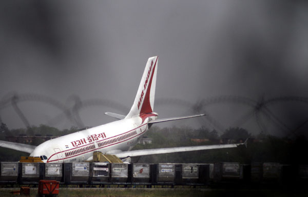 An Air India Airbus A310 is seen after it made an emergency landing at the international airport in New Delhi on April 9, 2007. (REUTERS)