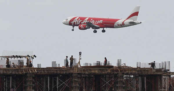 An Indonesia AirAsia Airbus A320-200 passenger prepares to land at Sukarno-Hatta airport in Tangerang on the outskirts of Jakarta on January 30, 2013. (REUTERS/Enny Nuraheni)