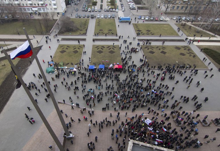 Pro-Russian demonstrators hold a rally outside the regional government building in Donetsk on March 3, 2014. (Reuters photo)