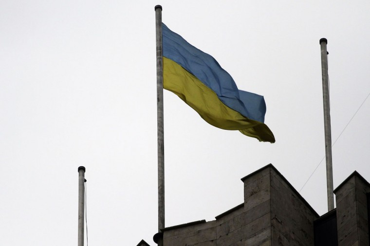 The Ukrainian flag flies on top of the regional administration building in the eastern Ukrainian city of Donetsk on March 5, 2014. Ukraine raised its flag on Wednesday over the government headquarters in Donetsk where a Russian flag had stood for five days, witnesses said, an important signal of shifting control in the Russian-speaking east. (Reuters photo)
