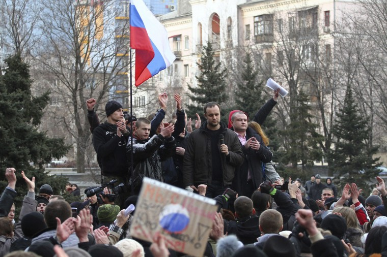 Protest leader Pavel Gubarev (second from right, top) and other pro-Russian demonstrators take part in a rally in front of regional government building in Donetsk on March 5, 2014. (Reuters photo)