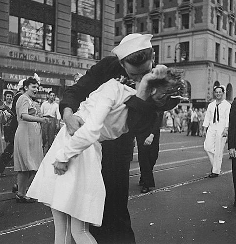 Man who said he kissed nurse in Times Square photo dies at 86