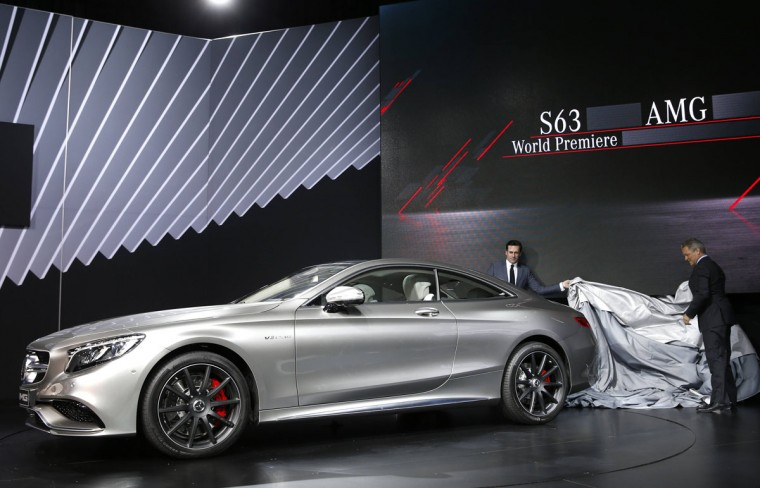 Actor Jon Hamm and Stephen Cannon, President and CEO of Mercedes-Benz USA, unveil the Mercedes S63 AMG Coupe at the New York International Auto Show in New York City, April 16, 2014. (REUTERS/Mike Segar)
