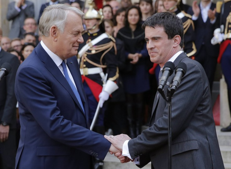 France's outgoing Prime Minister Jean-Marc Ayrault (L) shakes hands with newly-named Prime Minister Manuel Valls after delivering their speeches during the official handover ceremony at Hotel Matignon, the French prime minister's official residence, in Paris April 1, 2014. (Christian Hartmann/Reuters)