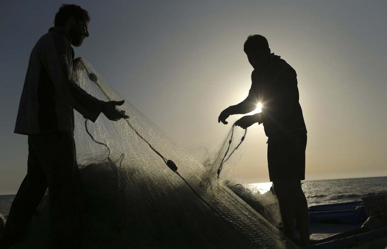 Palestinian fishermen pull their net at the beach of Gaza City April 28, 2014. (Mohammed Salem/Reuters)