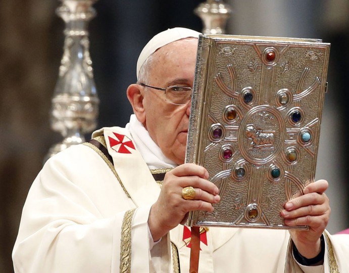 Pope Francis celebrates the Chrism Mass in Saint Peter's Basilica at the Vatican April 17, 2014. (REUTERS/Stefano Rellandini)