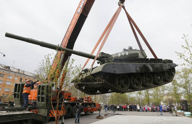 Workers install a demilitarized Soviet-made T-62M1 tank at a memorial in a park in Russia's Siberian city of Krasnoyarsk. (Ilya Naymushin/Reuters photo)