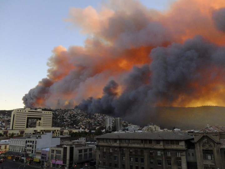 Smoke from a forest fire is seen in Valparaiso. (REUTERS/Cesar Pincheira)