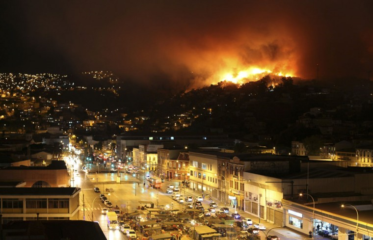 A forest fire burns in Valparaiso. (REUTERS/Cesar Pincheira)