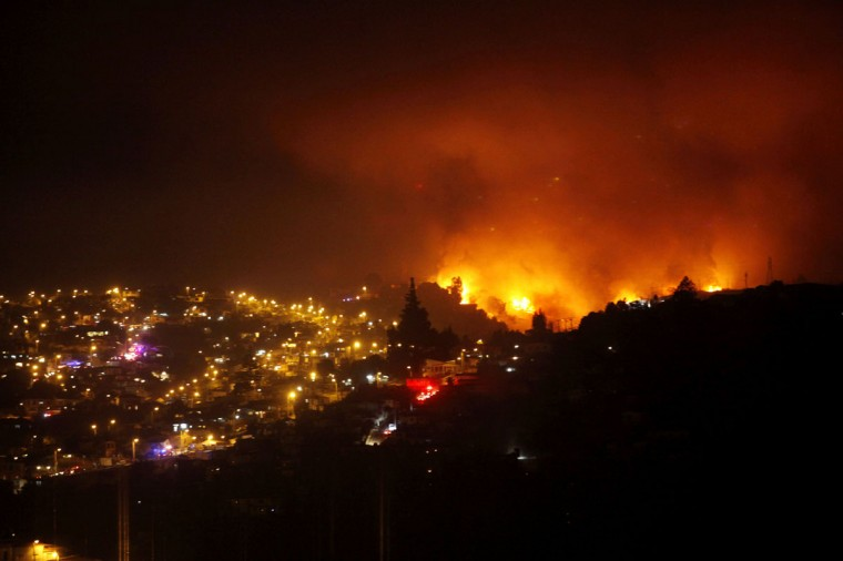 A forest fire burns in Valparaiso on April 13, 2014. (REUTERS/Cesar Pincheira)