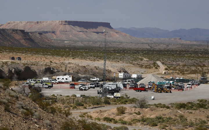 Bureau of Land Management vehicles near a corral with cattle outside Bunkerville, Nev., before announcing the cessation of the operation. (Jim Urquhart/Reuters)