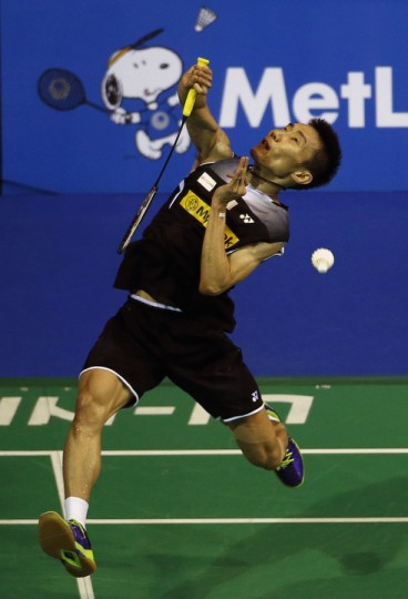 Malaysia's Lee Chong Wei smashes against India's K. Srikanth during their men's singles semi-finals match at the Singapore Open badminton tournament. (Edgar Su/Reuters)