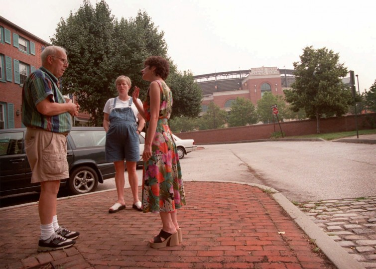 From left: Rev. Barney Farnham, Jeanette Nazarian and neighborhood association president, Sharon Reuter chat near Nazarian's home on W. Conway. (Andre F. Chung/Baltimore Sun File/6/23/98)