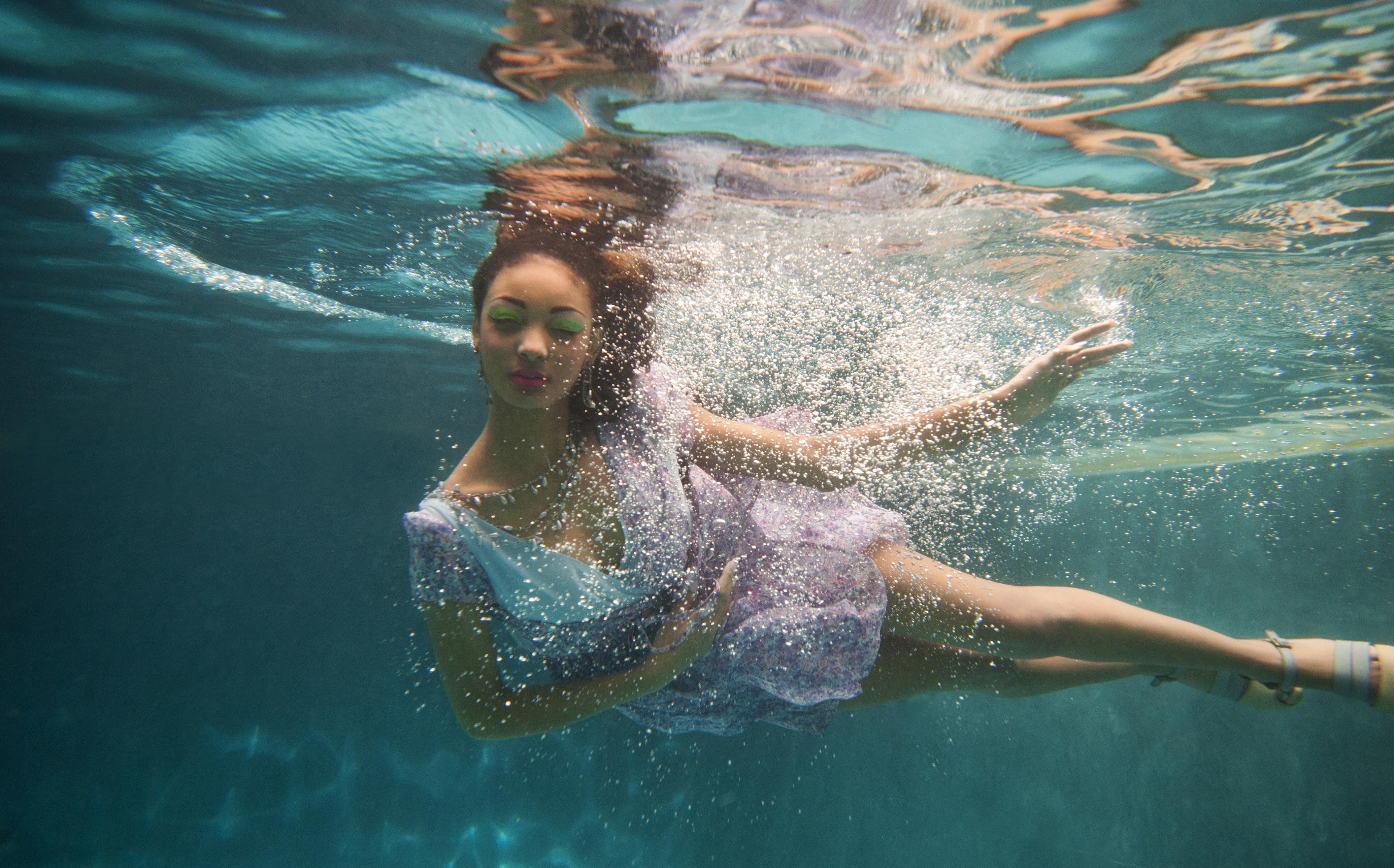 underwater shoot magazine fox sun behind photographer scenes under lloyd flowing baltimoresun darkroom