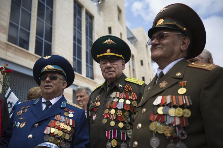 World War Two veterans attend a ceremony in Jerusalem marking the anniversary of the victory of the Allies over Nazi Germany, May 8, 2014. (REUTERS/Ronen Zvulun)