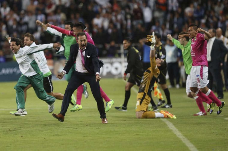 Leon's coach Guatavo Matosas (in suit) and his players celebrate after winning their Mexican league championship final soccer match against Pachuca at the Hidalgo stadium in Pachuca May 18, 2014. (Edgard Garrido/Reuters)
