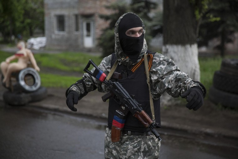 A pro-Russian armed man stands at a check point in Slaviansk, eastern Ukraine May 8, 2014. (REUTERS/Baz Ratner)