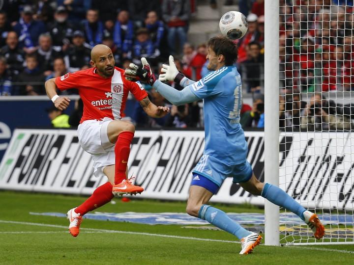 Elkin Soto (L) of FSV Mainz 05 scores against goalkeeper Rene Adler during their German first division Bundesliga soccer match in Mainz. (Kai Pfaffenbach/Reuters)