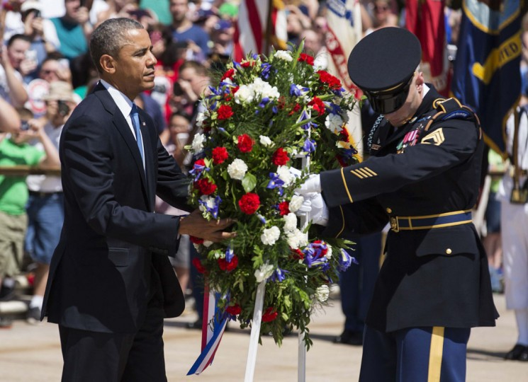 U.S. President Barack Obama places a wreath at the Tomb of the Unknowns at Arlington National Cemetery in Virginia May 26, 2014. REUTERS/Joshua Roberts