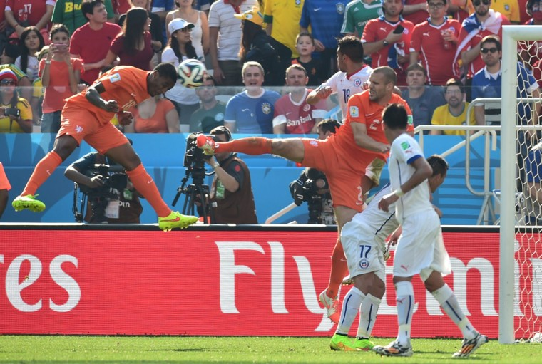Netherlands midfielder Leroy Fer scores during a Group B football match between Netherlands and Chile at the Corinthians Arena in Sao Paulo during the 2014 FIFA World Cup on June 23, 2014. (NELSON ALMEIDA/AFP/Getty Images)