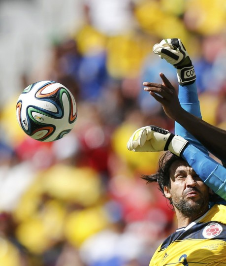 Colombia's Mario Yepes reacts as he fights for the ball with Ivory Coast's goalkeeper Boubacar Barry (blue) during their 2014 World Cup Group C soccer match at the Brasilia national stadium in Brasilia June 19, 2014. (Ueslei Marcelino/Reuters)