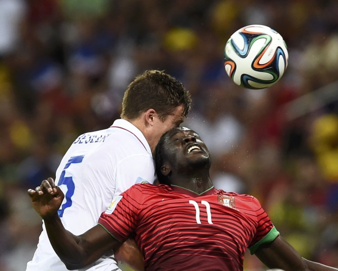 Portugal's Eder (R) fights for the ball with Matt Besler of the U.S. during their 2014 World Cup Group G soccer match at the Amazonia arena in Manaus June 22, 2014. (Dylan Martinez/Reuters)