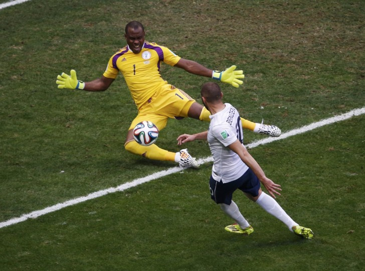 France's Karim Benzema (R) attempts to score against Nigeria's goalkeeper Vincent Enyeama during their 2014 World Cup round of 16 game at the Brasilia national stadium in Brasilia June 30, 2014. (David Gray/Reuters)