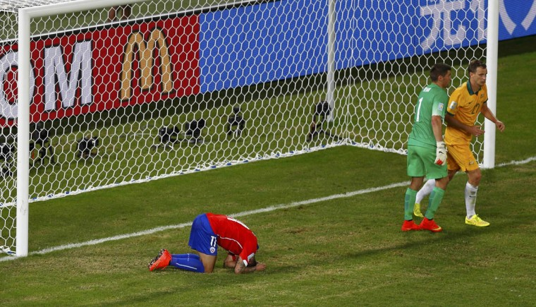 Chile's Eduardo Vargas (Left) reacts after failing to score a goal during their 2014 World Cup Group B soccer match against Australia at the Pantanal arena in Cuiaba. (Amr Abdallah Dalsh/Reuters photo)