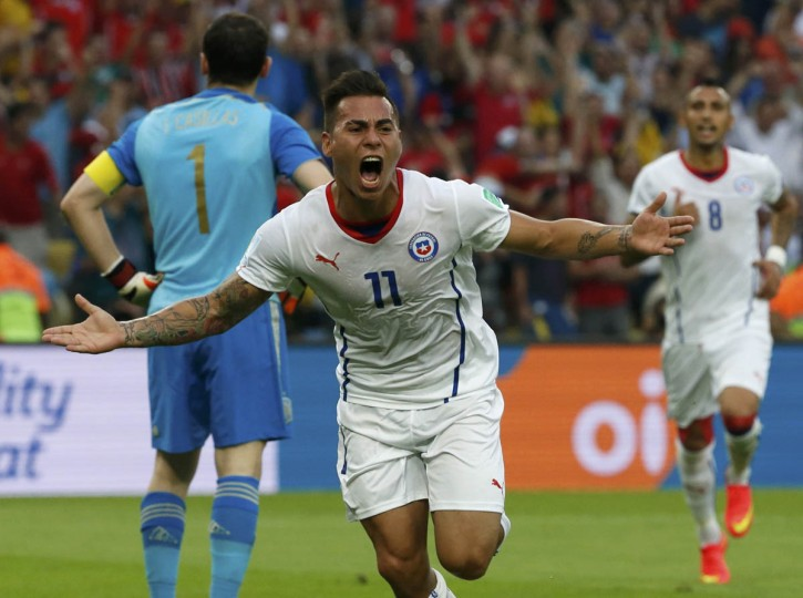 Chile's Eduardo Vargas celebrates after scoring a goal against Spain during their 2014 World Cup Group B soccer match at the Maracana stadium in Rio de Janeiro June 18, 2014. (Jorge Silva/Reuters photo)