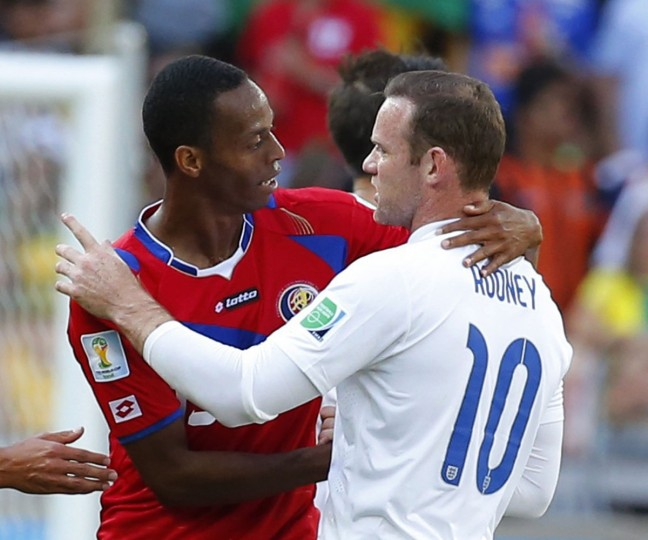 England's Wayne Rooney (right) shakes hands with Costa Rica's Junior Diaz at the end of their 2014 World Cup Group D soccer match at the Mineirao stadium in Belo Horizonte on June 24, 2014. (REUTERS/Laszlo Balogh)