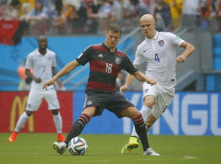 Germany's Toni Kroos (L) fights for the ball with Michael Bradley of the U.S. during their 2014 World Cup Group G soccer match at the Pernambuco arena in Recife June 26, 2014. (Laszlo Balogh/Reuters)