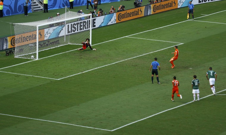 Klaas-Jan Huntelaar of the Netherlands scores a penalty goal past Mexico's goalkeeper Guillermo Ochoa during their 2014 World Cup round of 16 game at the Castelao arena in Fortaleza June 29, 2014. (Mike Blake/Reuters)