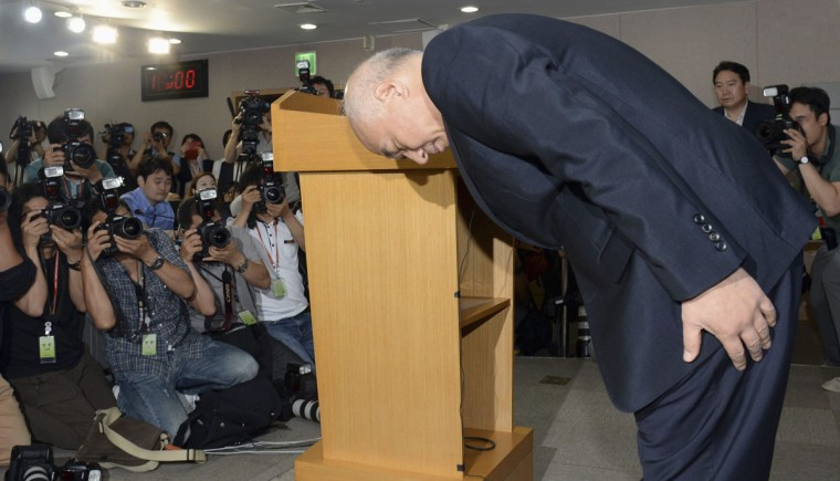 Moon Chang-keuk, a nominee for South Korea's Prime minister, bows during a news conference to withdraw his candidacy at a government complex in Seoul June 24, 2014. The second nominee for South Korea's prime minister withdrew his name on Tuesday over controversial comments he made about the country's troubled past with Japan in the latest political setback for President Park Geun-hye. (REUTERS/Heo Kyeong/News1)