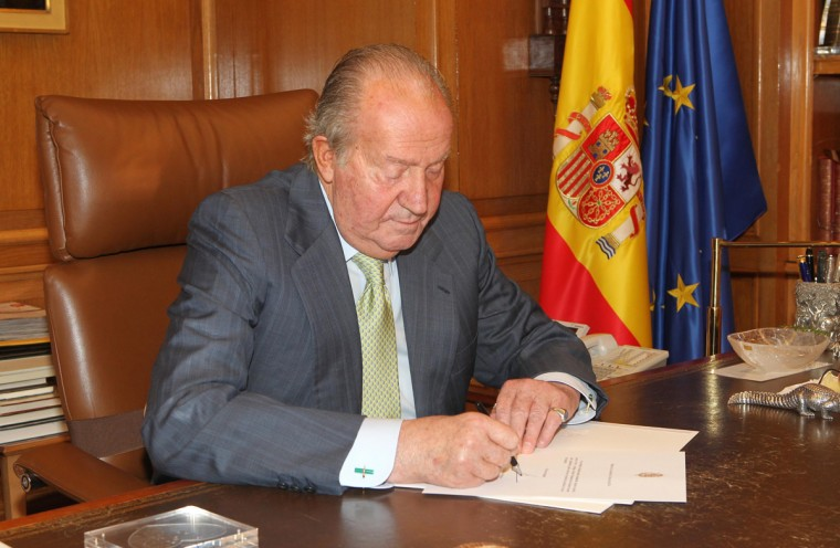 Spain's King Juan Carlos signs his abdication at the Zarzuela Palace, June 2, 2014. Spain's King Juan Carlos is abdicating after almost 40 years on the throne and his son Prince Felipe will succeed him, Prime Minister Mariano Rajoy said on Monday in a surprise announcement. (Spanish Royal House/Handout/Reuters)