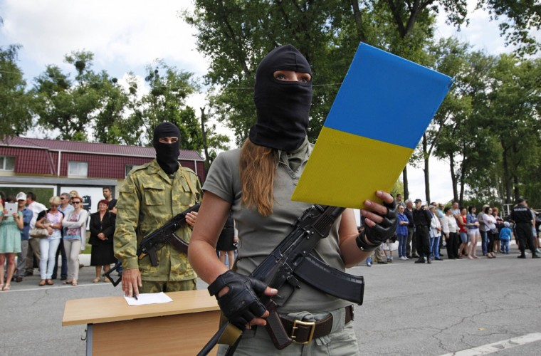 "A member of the ""Donbass"" self-defence battalion swears the oath to be officially included into the reserve battalion of the National Guard of Ukraine near Kiev June 23, 2014. (REUTERS/Valentyn Ogirenko)"