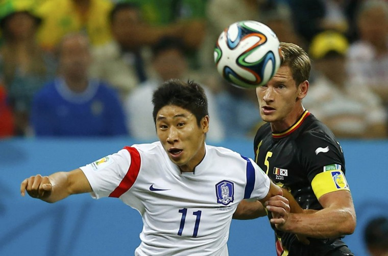 South Korea's Lee Keun-ho fights for the ball with Belgium's Jan Vertonghen during their 2014 World Cup Group H soccer match at the Corinthians arena in Sao Paulo June 26, 2014. (Ivan Alvarado/Reuters photo)