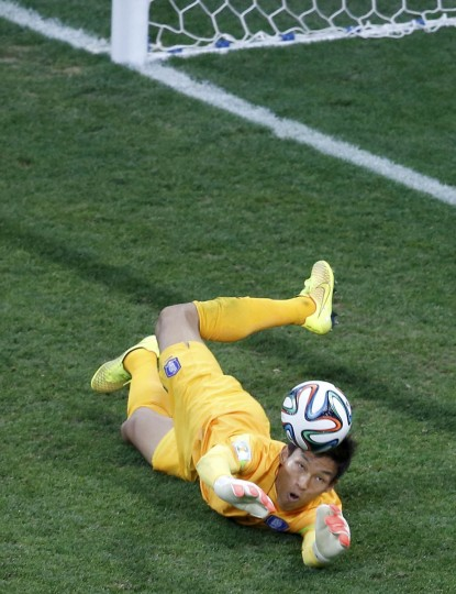 South Korea's goalkeeper Kim Seung-gyu makes a save during their 2014 World Cup Group H soccer match against Belgium at the Corinthians arena in Sao Paulo June 26, 2014. (Paulo Whitaker/Reuters photo)