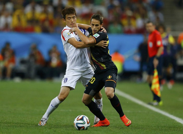 South Korea's Kim Young-gwon (Left) fights for the ball with Belgium's Adnan Januzaj during their 2014 World Cup Group H soccer match at the Corinthians arena in Sao Paulo June 26, 2014. (Ivan Alvarado/Reuters photo)