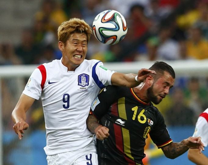 South Korea's Son Heung-min (Left) and Belgium's Steven Defour fight for the ball during their 2014 World Cup Group H soccer match at the Corinthians arena in Sao Paulo June 26, 2014. (Eddie Keogh/Reuters photo)