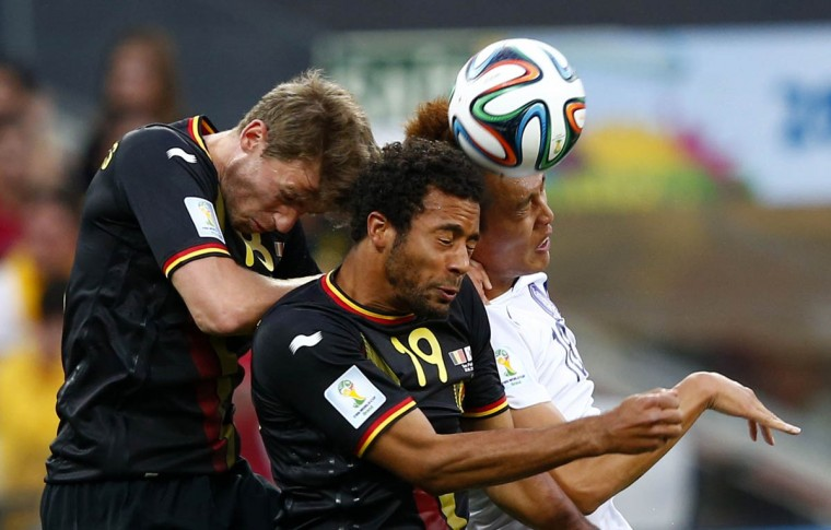South Korea's Kim Shin-wook (Right) fights for the ball with Belgium's Nicolas Lombaerts (Left) and teammate Moussa Dembele during their 2014 World Cup Group H soccer match at the Corinthians arena in Sao Paulo June 26, 2014. (Eddie Keogh/Reuters photo)