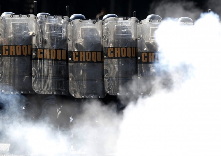 Riot police practice crowd control during a training session, with FBI agents, for troops providing security for the 2014 World Cup, in Rio de Janeiro on May 15, 2014. (REUTERS/Sergio Moraes)