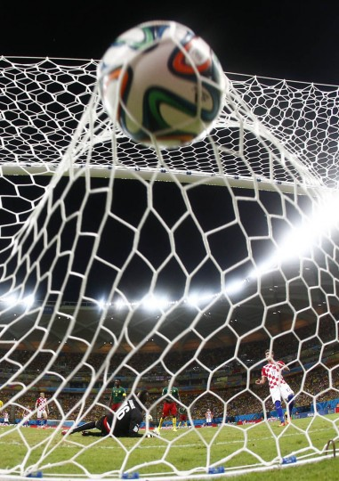 Cameroon's goalkeeper Charles Itandje (2nd Left) fails to save a goal by Croatia's Mario Mandzukic (Right) during their 2014 World Cup Group A soccer match at the Amazonia arena in Manaus June 18, 2014. (Yves Herman/Reuters photo)